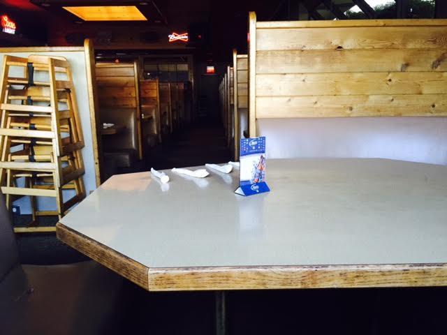empty popolo's pizza booth